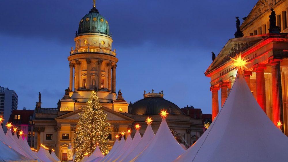 Zelte auf dem Weihnachtsmarkt in Berlin