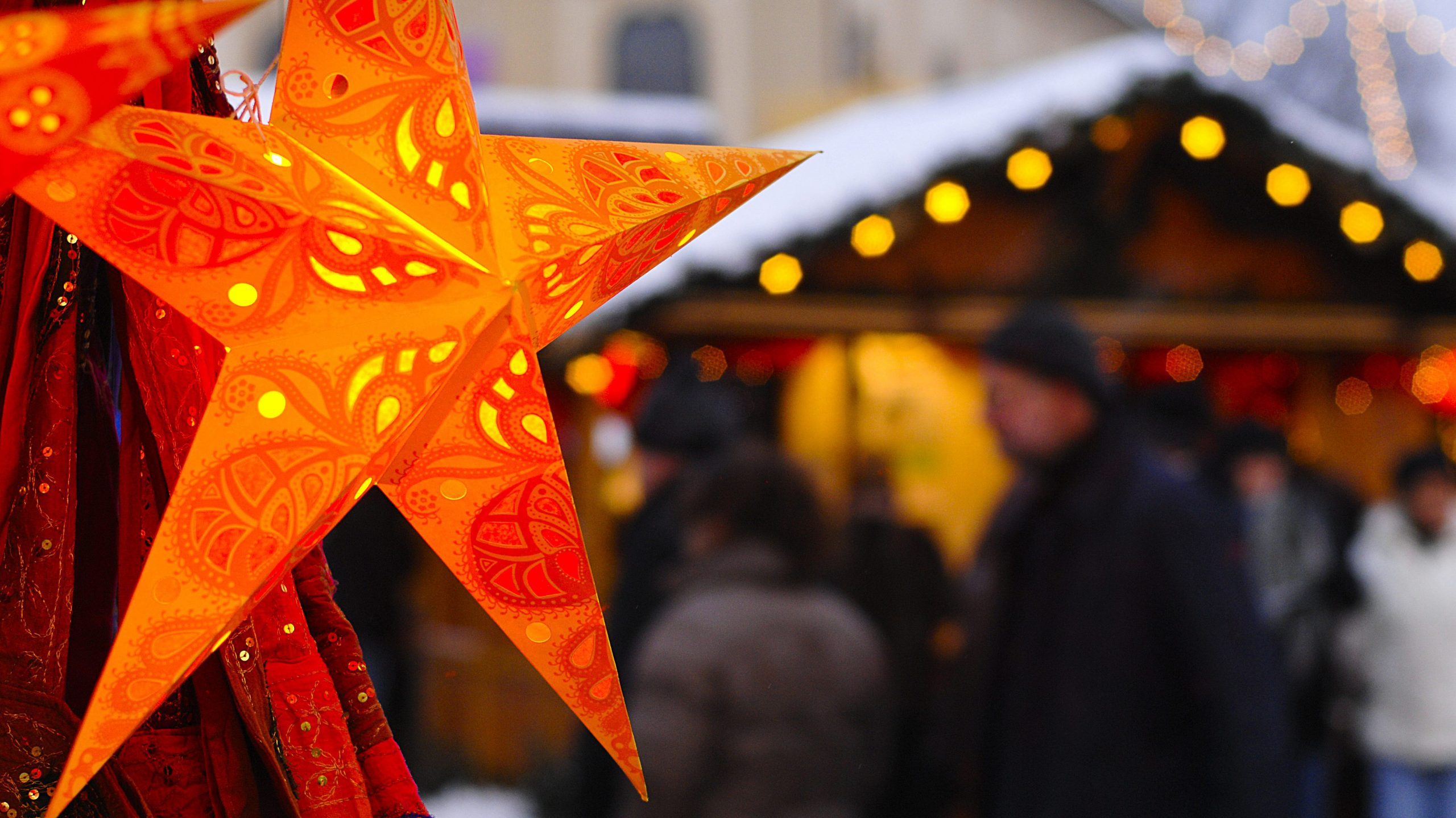 Beleuchteter Weihnachtsstern auf einem Weihnachtsmarktstand