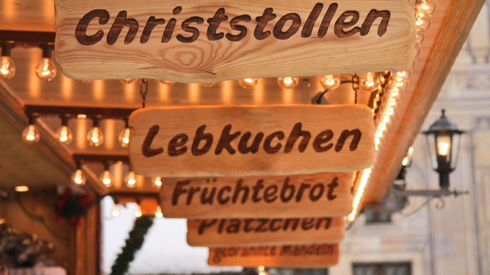 Schilder an einem Stand auf dem Weihnachtsmarkt