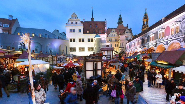 Blick auf den Weihnachtsmarkt in Dresden