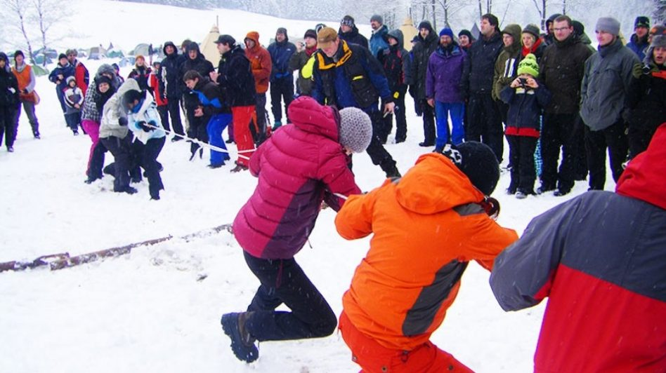 Zwei Teams beim Tauziehen im Schnee